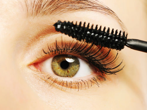 4-woman-applying-mascara-green-eyes-lgn